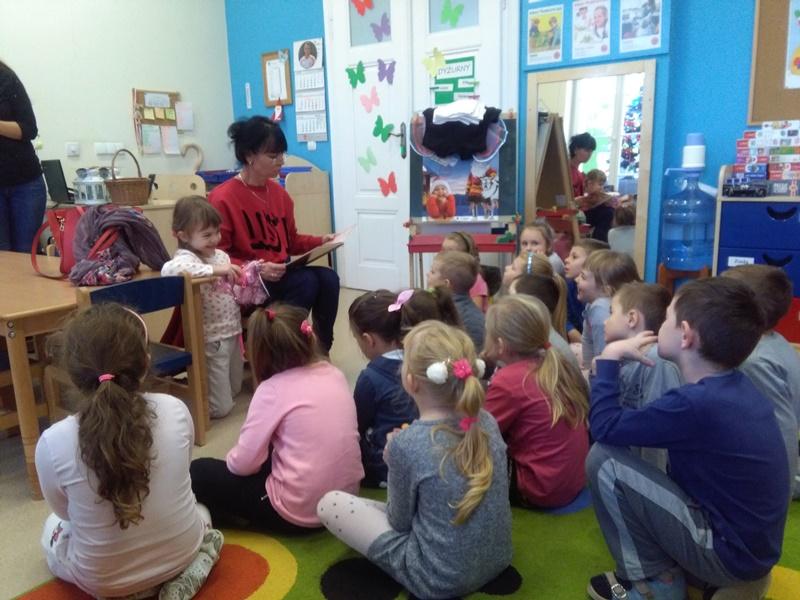 Czytanie w grupie Motylków – mama Agatki